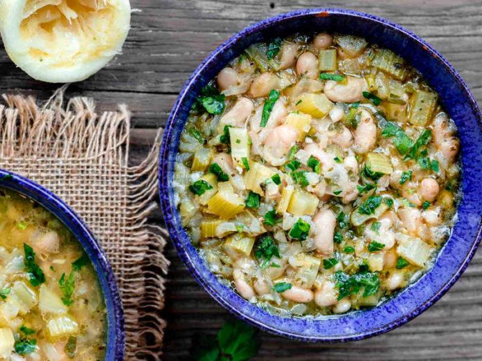 Греческий суп с фасолью и оливковым маслом
