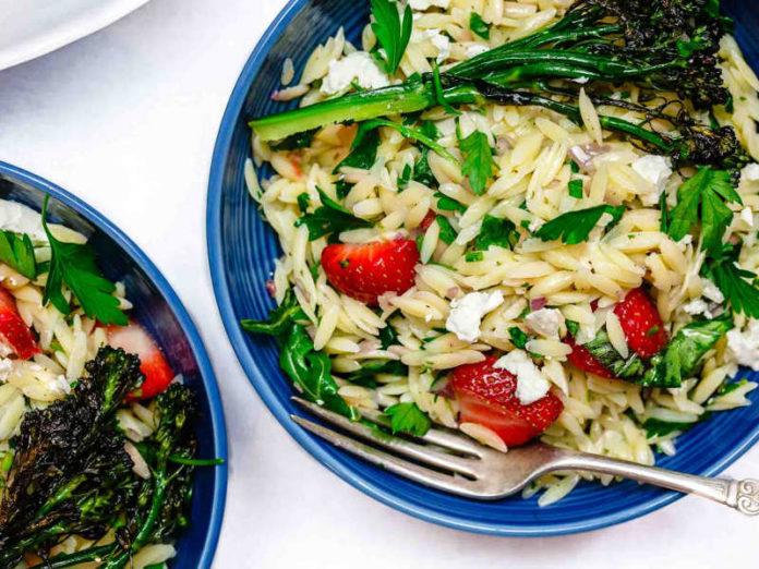 салат с пастой орзо, оливковым маслом