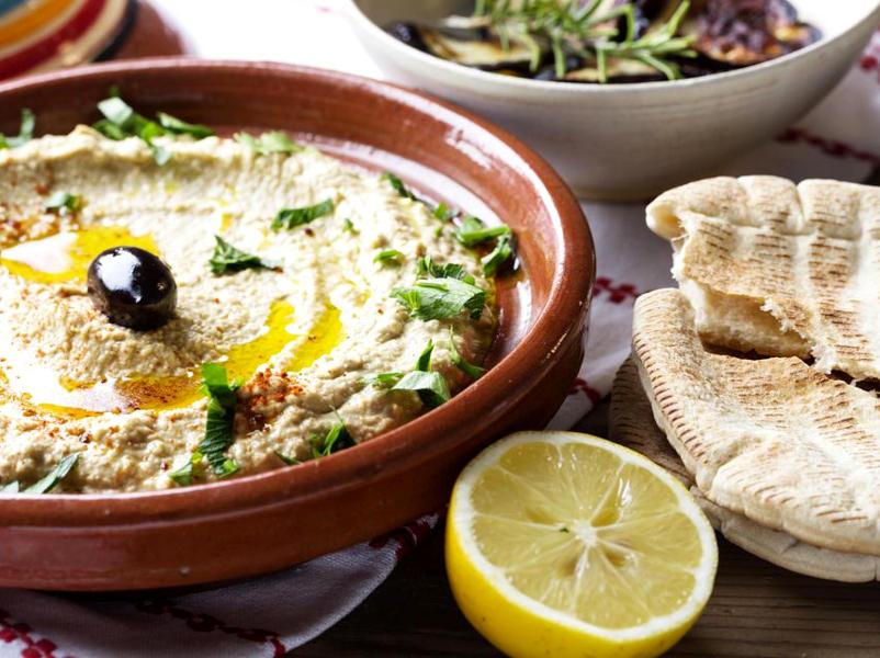 Хумус с оливковым маслом и маслинами