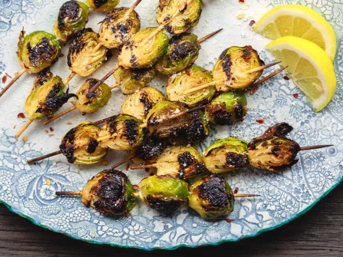 Шашлычки из брюссельской капусты с оливковым маслом