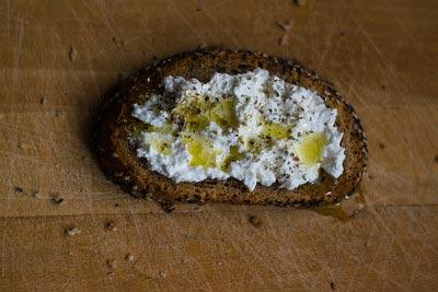 цельнозерновой хлеб с творогом и оливковым маслом стимулирует дофамин
